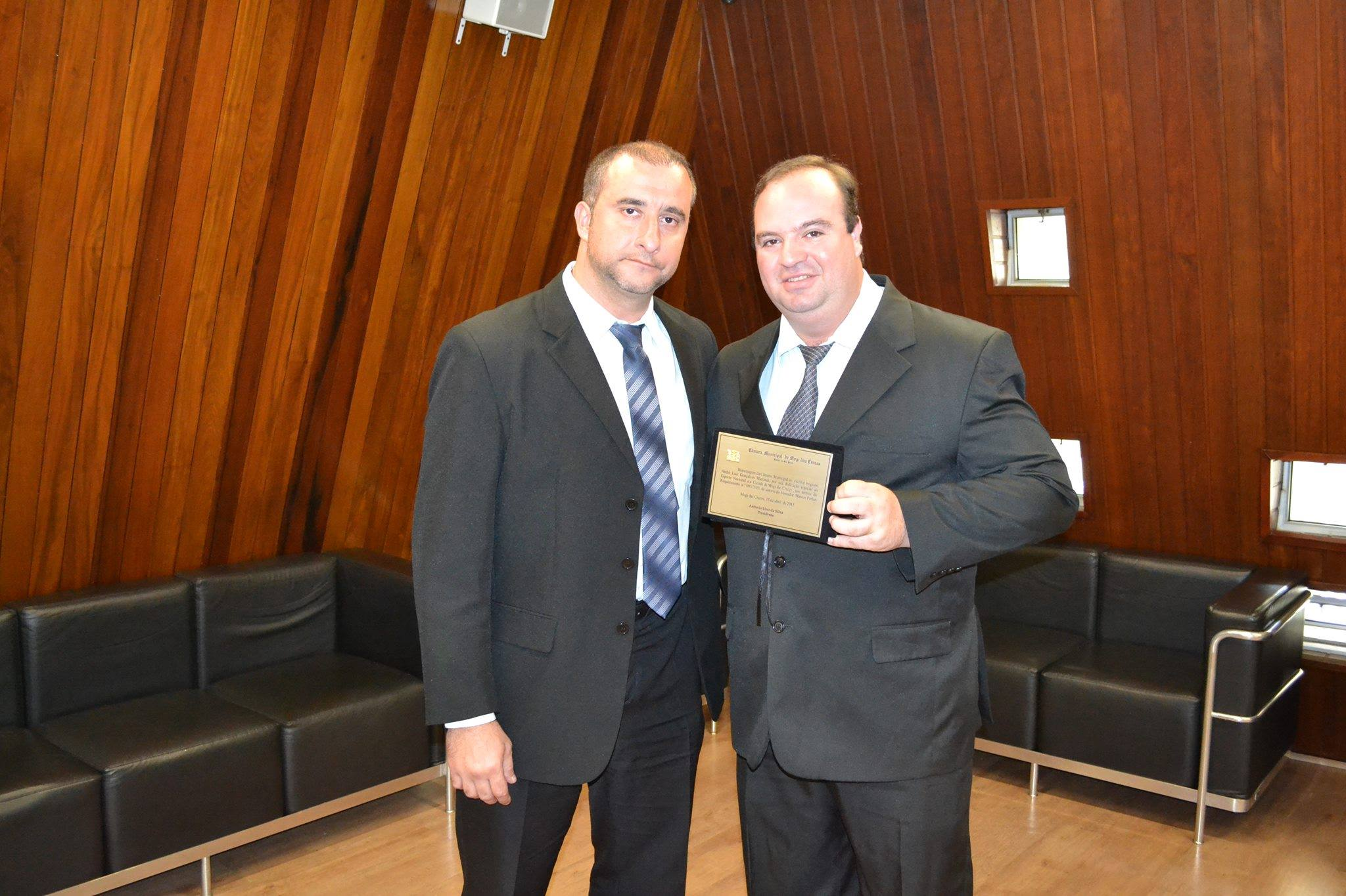 Foto sobre mocao de palmas, a legenda sera Marcos Furlan e Andre Martinez na entrega da placa de prata